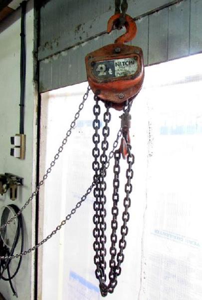 Une grue d'atelier pour motoculteur. 2952