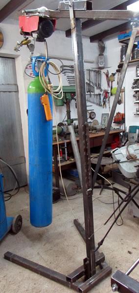 Une grue d'atelier pour motoculteur. 3006
