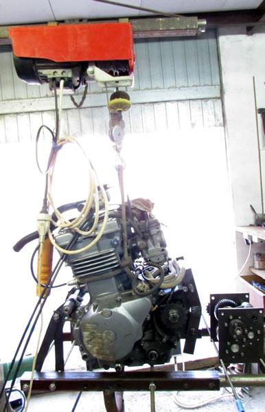 Une grue d'atelier pour motoculteur. 3062